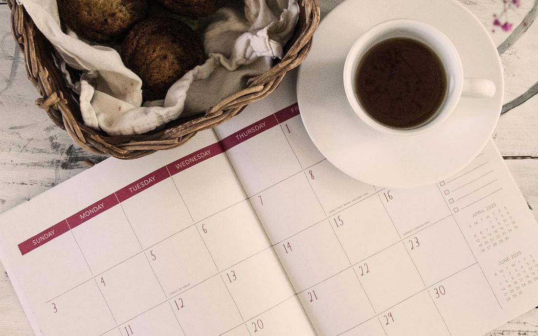 Un calendario appoggiato su un tavolo