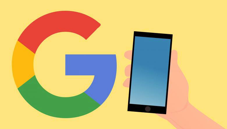 Il logo di Google e una mano che regge un cellulare, su sfondo giallo.