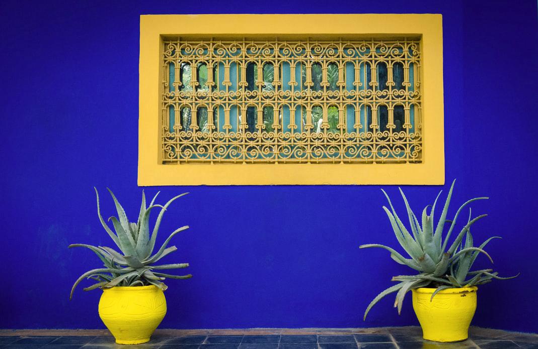 Un dettaglio architettonico dei giardini di Majorelle a Marrakech in Marocco