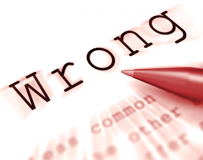 Una penna rossa segna un errore, indicato dalla scritta Wrong