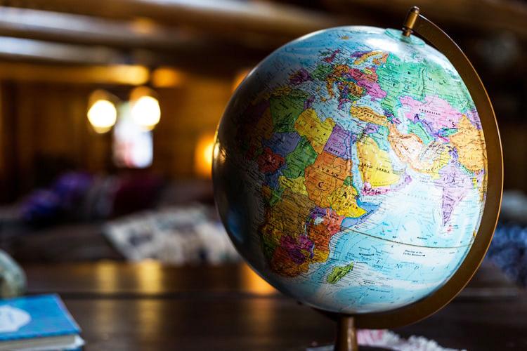 Un mappamondo che mostra Europa e Africa